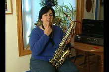 Learn how to play alto saxophone for absolute beginners in these free sax video lessons, including tips and techniques on saxophone fingering, the mouthpiece and saxophone playing, and saxophone reeds.