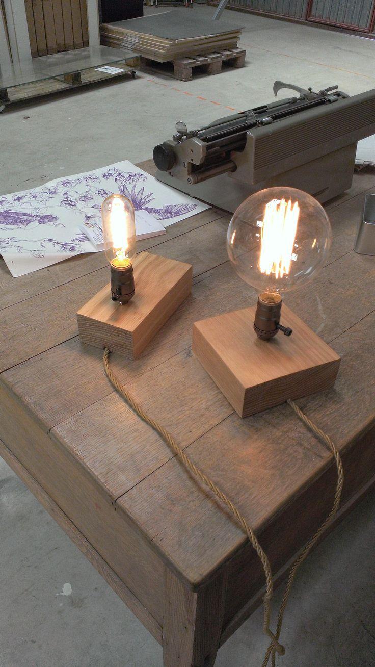 Lámparas con base de roble y bombillas vintage