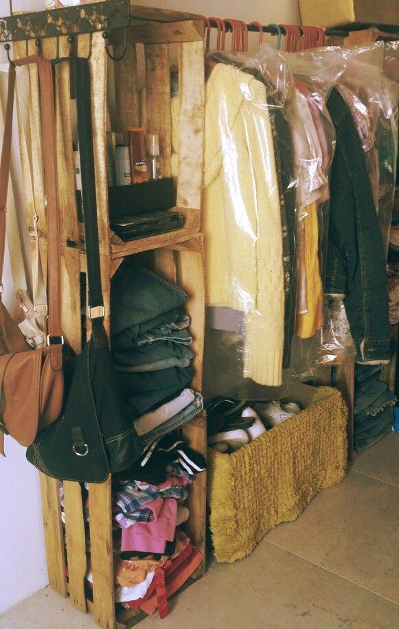 Closet made with woodboxes aka huacales hogar for Decoracion de interiores ideas economicas