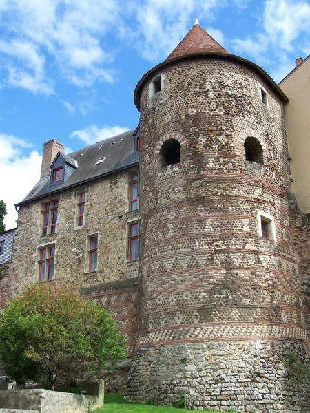 Remparts gallo-romains et vieille ville du Mans,; les extérieurs sont visibles dans la vieille ville, particulièrement sur la rive sud de la Sarthe. A voir à proximité la cathédrale St-Julien du Mans.