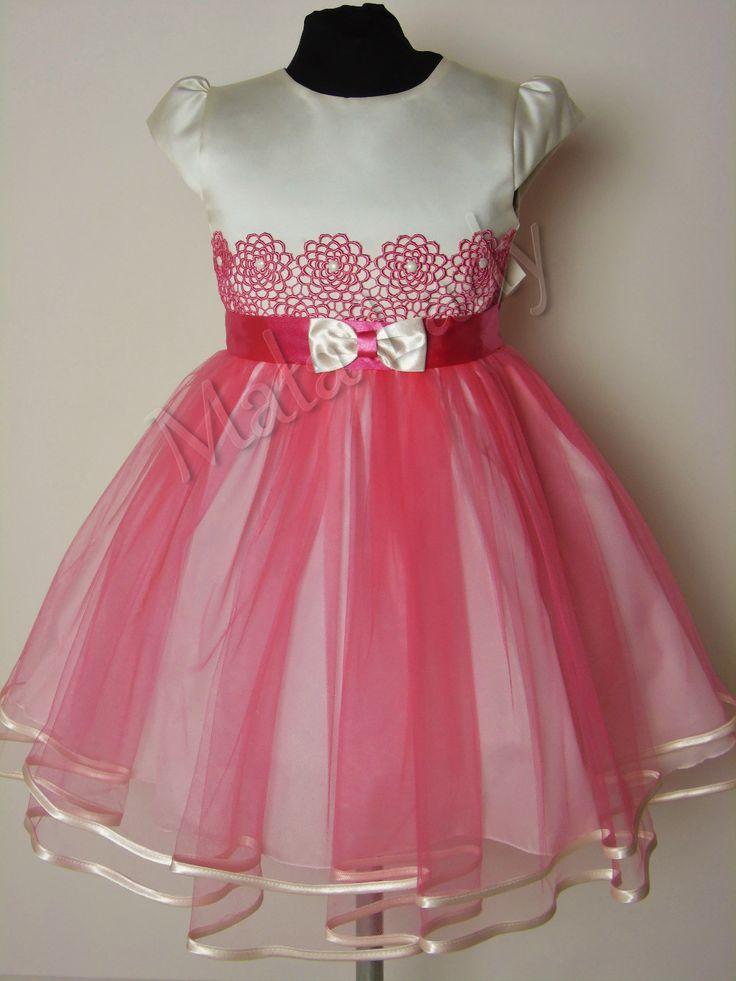 Wiztyowa sukienka Diana to połączenie satyny w kolorze ecru oraz delikatnego tiulu w kolorze malinowym. Góra sukienki udekorowana gipiurą w kolorze tiulu. Odszyta płótnem bawełnianym oraz podszewką. Sukienka posiada kryty zamek, rękawy motylek oraz możliwość wiązania z tyłu sukienki szarfą w pasie. Sukienka dostępna jest również w kolorze ecru oraz malinowym.