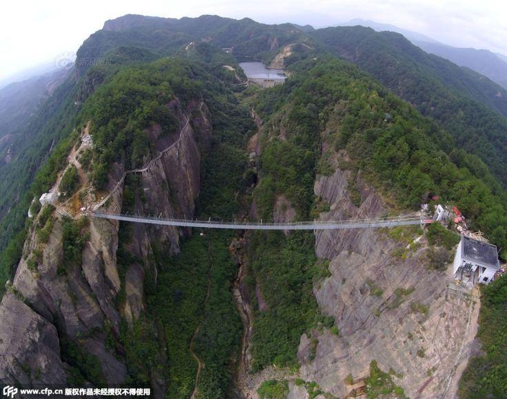 Primeira ponte suspensa de vidro é inaugurada na China