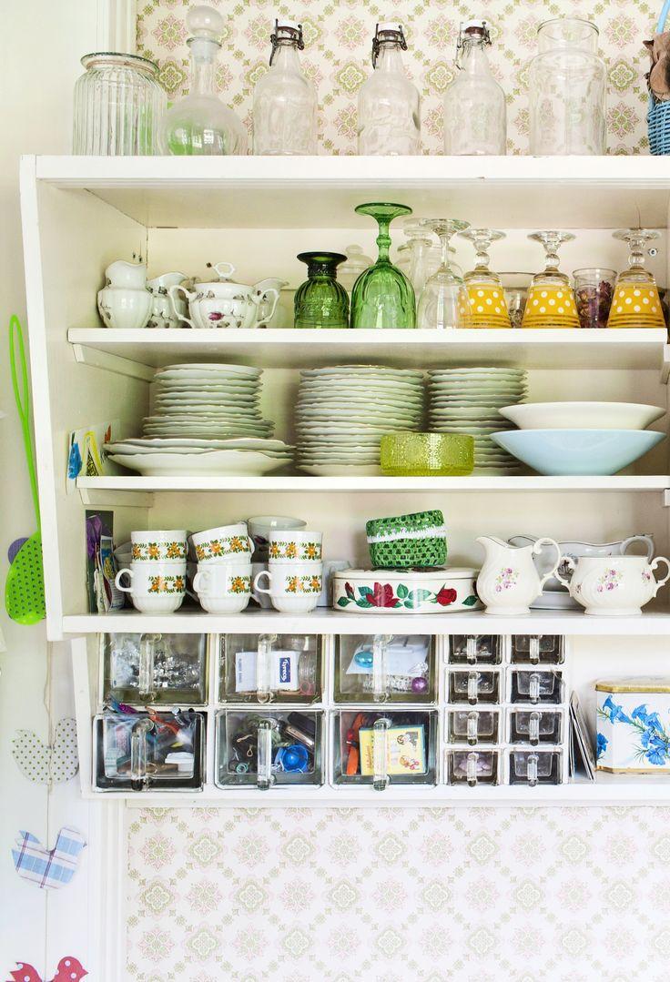 Keittiötä koristaa vanha avohylly. Old Furnish toilet with old objects. Open shelves in kitchen. | Unelmien Talo&Koti Kuva: Hanne Manelius Toimittaja: Ilona Pietiläinen