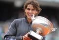 L'Espagnol Rafael Nadal est entré dans la légende du tennis après avoir battu lundi dans une finale des Internationaux de France perturbée par la pluie et disputée sur deux jours, le Serbe numéro 1 mondial Novak Djokovic en quatre sets 6-4, 6-3, 2-6, 7-5 après un match titanesque d'un durée de trois heures 49 minutes. [...]