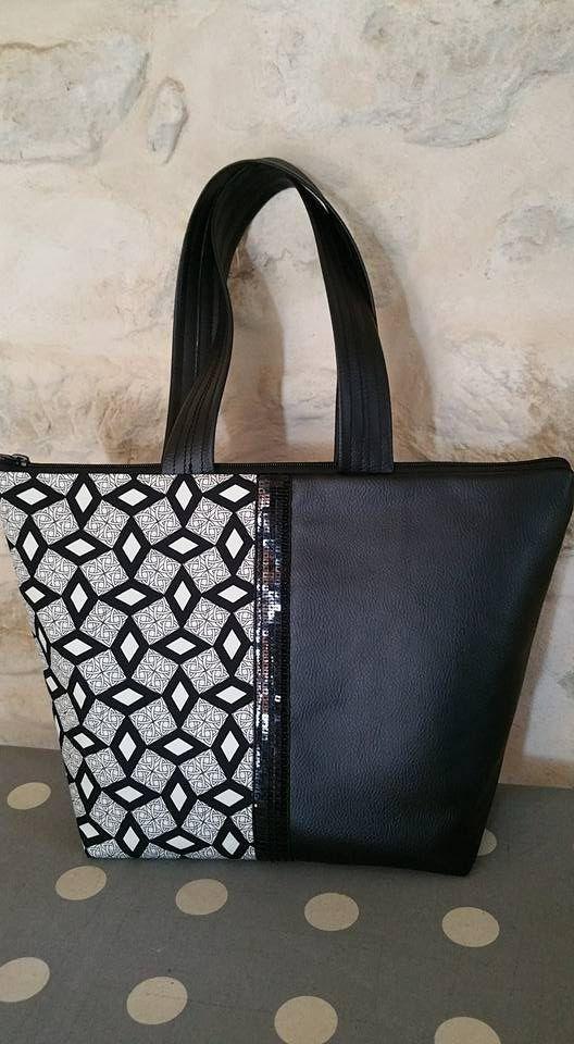 grand sac en simili cuir noir et wax africain noir et blanc cassé. Fermeture par zip. Intérieur noir