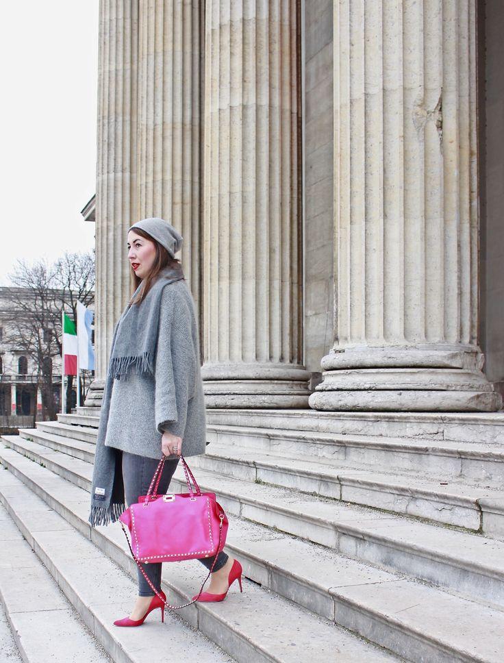 Grauer Strickpullover, Acne Schal und pinke Valentino Rockstud Bag / Winteroutfit, Layering, All Over Grey Look / www.misssuzieloves.de / Fashionblogger München