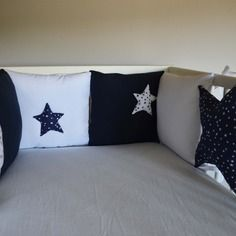 Tour de lit bébé 'la tête dans les étoiles' - blanc et bleu marine, des couleurs simples et chics