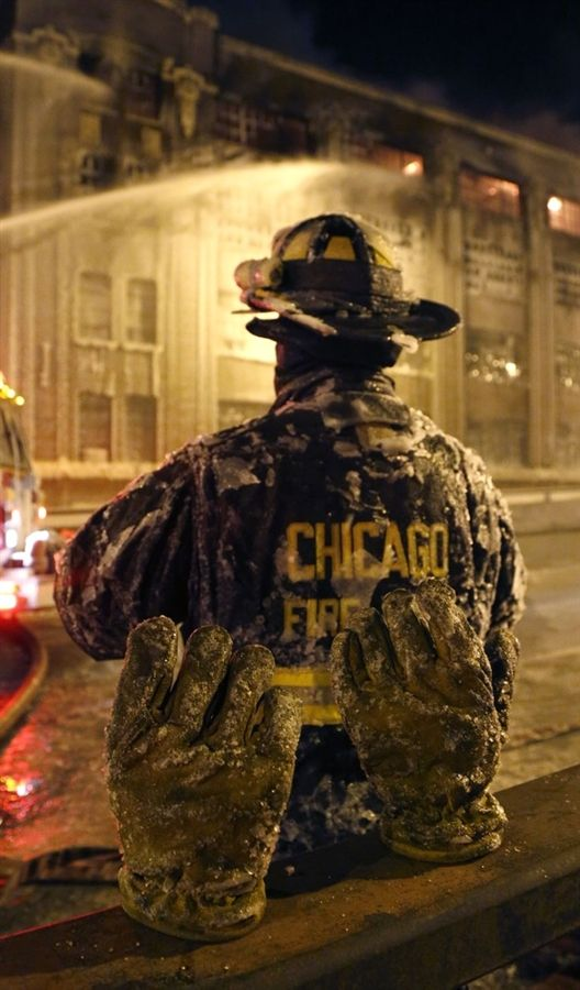 Chicago firefighters battle major blaze in freezing temperatures (Photo: Charles Rex Arbogast / AP)