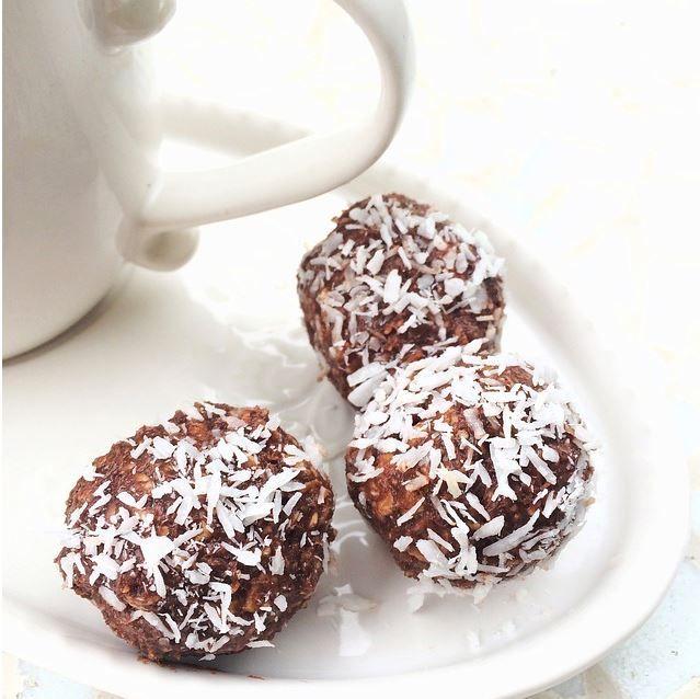 Recette de boules au chocolat et aux amandes, friandises avant Noël, sans cuisson. Préparez des friandises pour l'avant Noël, de la Saint-Nicolas à la Saint-Sylvestre, ces petites boules chocolat - amandes sont des confiseries à offrir en cadeau ou en dessert. C'est aussi une recette anti-gaspi, qui permet de réutiliser les restes de blancs d'oeufs.