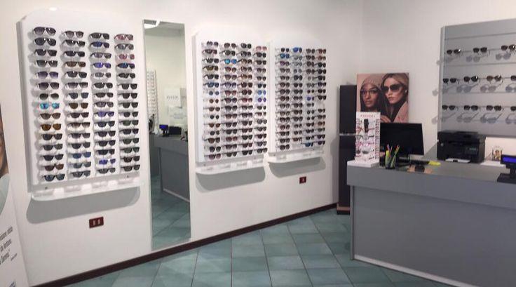 Pannello espositore a parete  per occhiali, disponibile in svariate misure, forme, colorazioni, e per numero di occhiali esposti . Per location raffinate e di sicuro impatto .tutti i modelli della serie sono visibili e acquistabili on line sul sito www.barandshopdesign.com oppure contattateci al 392.9266568