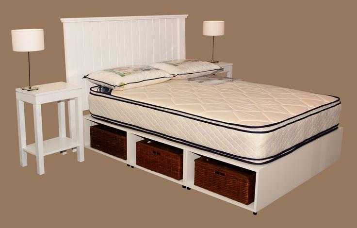 Dormitorio camila con base de cama conformada por tres for Cajones de mimbre