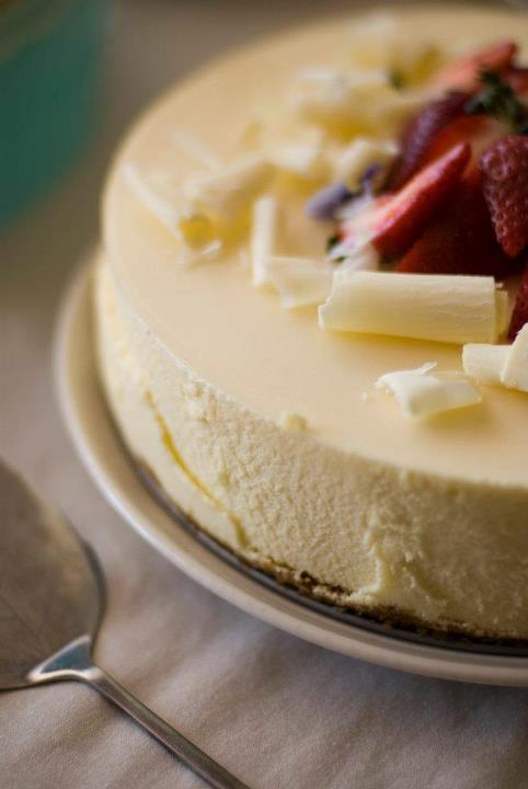Meidän kruununjalokivi. Valkosuklaa shamppanja juustokakku. Tätä on tilattu monesti hääkakuksi, joksi se sopii vallan mainiosti