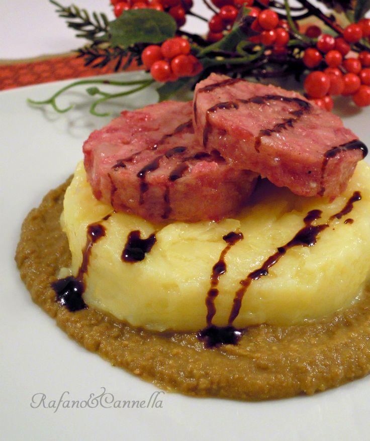Cotechino con purè e crema di lenticchie  http://blog.giallozafferano.it/rafanoecannella/cotechino-con-pure-e-crema-di-lenticchie/