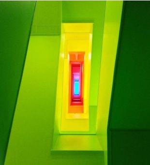 Лестничная площадка. Каждый этаж - новый цвет. Весело и задорно)