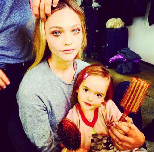 Sasha Pivovarova et sa fille Mia Isis http://www.vogue.fr/mode/mannequins/diaporama/les-mannequins-meres-qui-ont-des-filles-la-releve-des-tops/30696#sasha-pivovarova-et-sa-fille-mia-isis