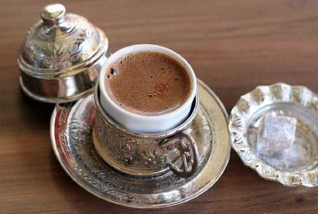قهوة تركية باللبن والشيكولاتة القهرة التركية لها شهرة كبيرة ومحببن في كل مكان واليوم نقدم لكي طريقة عمل الق Turkish Coffee Recipe Coffee Drinks Coffee Recipes