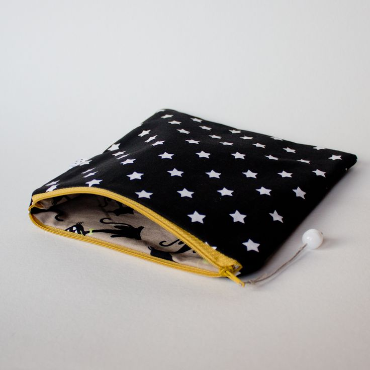 Kwadratowa saszetka bawełniana - motyw w gwiazdki na czarnym tle, podszewka w kociaki :) 19 x 19 cm