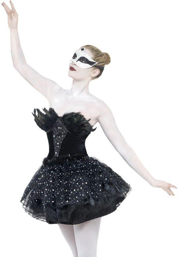 <p>Een fantastisch black Swan jurk uit de Masquerade lijn van Smiffy's. Deze prachtige zwarte zwaan kan ook gedragen worden als ballarina. DezeBlack Swan Masquerade jurk is in het zwart en afgewerkt met zilver. De jurk is gelaagd voor volume en is afgewerkt me zwarte veren voor een mooi effect. Voor extra volume kan er een petticoat ondergedragen worden. Perfect voor een Ball Masquerade.</p><p></p><p><strong>Set bestaat uit:</strong><br />- Black Swan Jurk</p>