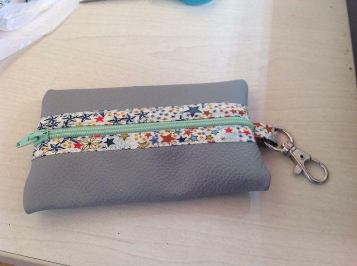 Pour réaliser ce très joli (oui oui je me lance des fleurs toute seule!) petit porte monnaie en cuir, il vous faut:*...