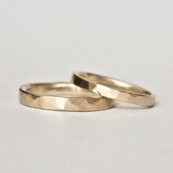 Ein Satz von zwei gehämmert gold Ringe toll für …