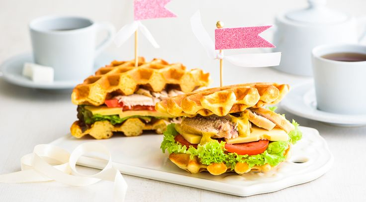 Горячий сэндвич с курицей, сыром и помидорами