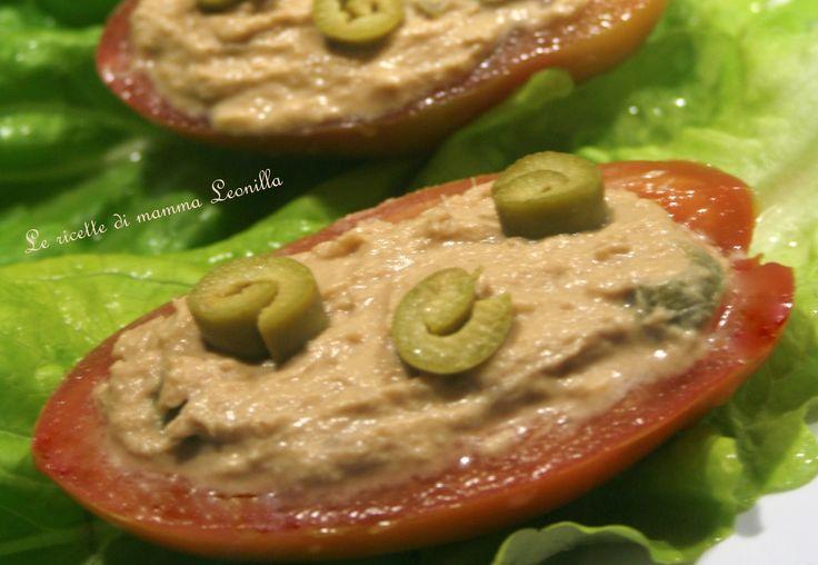 Un fresco ma saporito antipasto estivo: pomodori ripieni al tonno, olive e salsa piccante,ideale per iniziare al meglio un pasto in compagnia! Leggi qui: