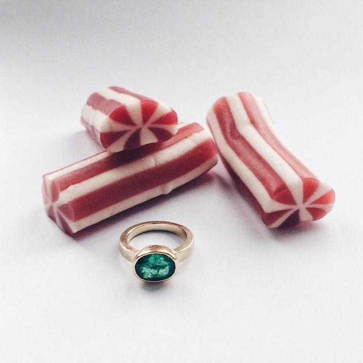 🍭🍬The Candy Store🍬🍭 Jeg har netop afleveret denne ring som var en bestillingsopgave. Ringen er udført i 18 og 22 karat guld. Smaragden er kundens egen. #letmetakeyoutothecandystore #smaragd #emerald #gold #guld #silver #sølv #diamond #diamant #smykker #jewelry #jewellery #guldsmed #jeweller #goldsmith #handcrafted #handmade #danishdesign #guldsmedlouisedegn
