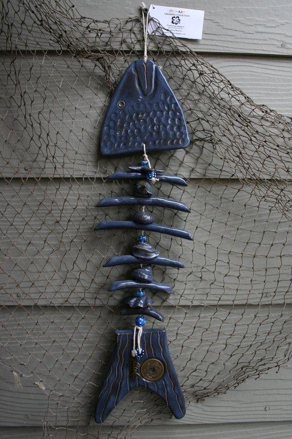 Dimensiones: 22 x 6 (L x W) (pulgadas)  Este nuevo elemento encantador y divertido ya está vendiendo rápido! Se dividen los huesos con conchas y perlas de vidrio. Encanto de bronce antiguo de pescados del hueso y la moneda de prosperidad mejoran su aleta de cola hermosa. Pescado tiene un hermoso esmalte azul ahumado en ambos lados pueden colgar como un carillón de viento.  ****************  MI tienda de la tienda: www.etsy.com/shop/OZARTCOLLECTION  Correo electrónico…