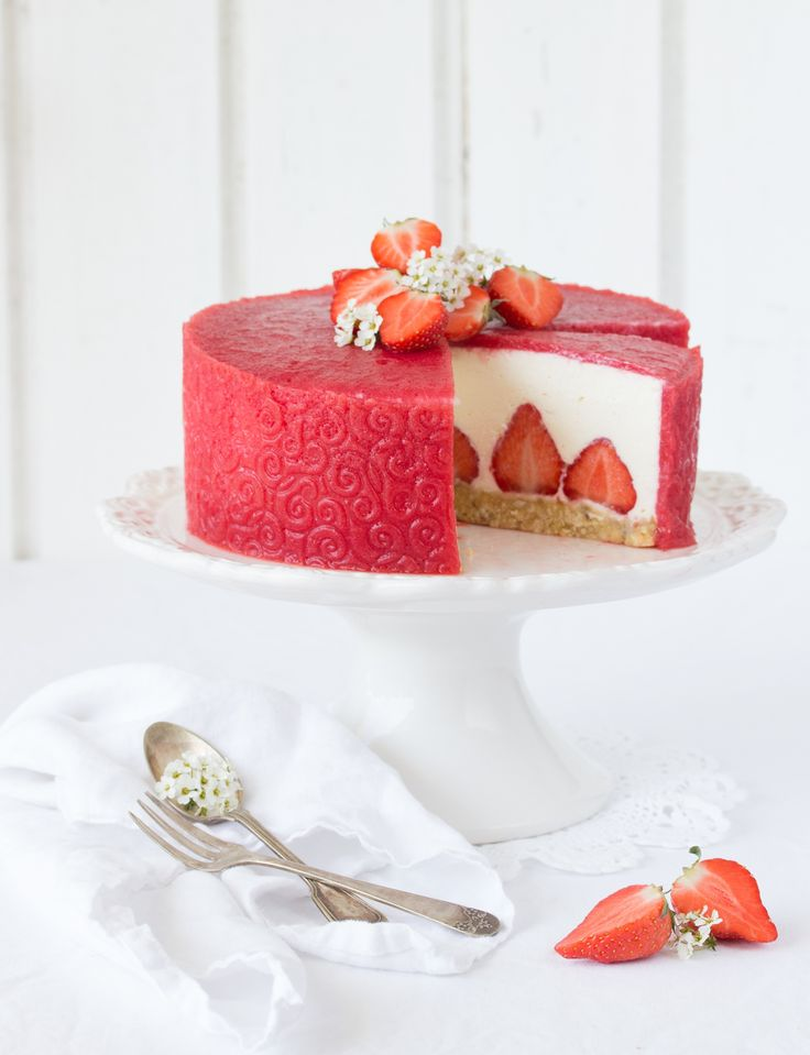 Wir lieben, lieben, lieben Erdbeeren! Diesmal haben wir ein wenig mit Strukturfolie rumexperimentiert und herausgekommen ist diese köstliche Erdbeer-Ricotta-Torte. Das Gute daran: Das Törtchen kommt ganz ohne Backofen aus. Den Hauptjob übernimmt diesmal der Kühlschrank. Das klingt doch schon mal nach sonnigen Zeiten, oder? Ein herrliches Wochenende wünschen wir Euch! Liebe Grüße, Emma und das … Read more...