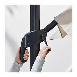 IKEA - SEGLARÖ / SVARTÖ, Parasol, suspendu avec socle, Ce tissu constitue une excellente protection contre les rayons ultraviolets du soleil car il affiche un facteur de protection UPF (Ultraviolet  Protection Factor) de 50+, ce qui signifie qu'il filtre près de 98% des rayons ultraviolets.Le parasol pivote à 360° et vous permet de faire de l'ombre à des endroits différents.Vous êtes protégé du soleil toute la journée car le parasol est inclinable.Le trou d'aér...