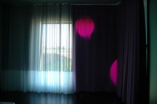 Inside Outside. Villa Leefdaal. Durante il giorno, tende trasparenti e senza colore sono usate per connettere l'interno e l'esterno. Di notte invece sono sostituite da tessuti colorati che riscaldano l'ambiente
