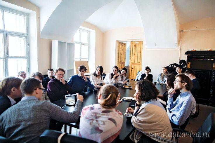 От беседы до стартапа | Когда студенты Санкт-Петербургских духовных школ решили открыть у себя дискуссионный клуб, они сразу решили: клуб не должен стать очередным закрытым сообществом «только для своих». Христианин призван к открытости миру, разговору с ним. Давайте приглашать на собрания людей со стороны, — так решили организаторы. http://aquaviva.ru/journal/ot_besedy_do_startapa