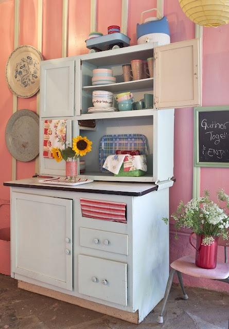 Ouderwets keukentje met een laagje lichtblauwe verf.