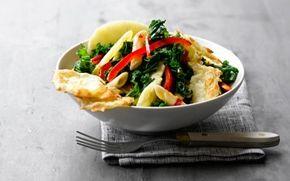 Grønkålssalat med pasta og ostechips Flotte farver og god smag. En vintersalat som gør dig mæt og i godt humør.