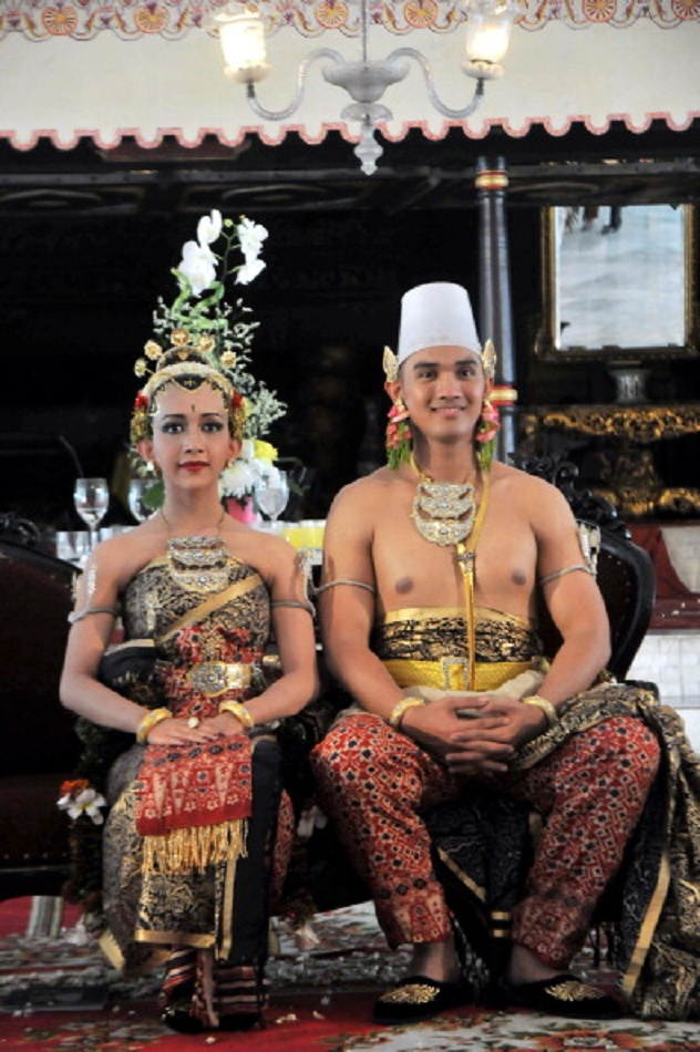 The newly married royal couple Princess Nurastuti Wijareni (L) and Prince Achmad Ubaidillah (R) pose in their traditional costumes during their wedding ceremony at the sultan's palace in Yogyakarta on Java island on 18 Oct 2011