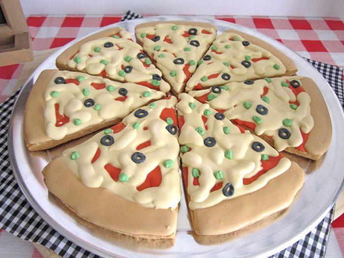 Que gracinha de festa!! Tudo combinando com o tema Pizza!     Os convites eram cookies...        Morri de amor!! Coisa linda esses cupcak...