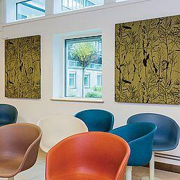 De 40 akustikpaneler dæmper lyden, fungerer som en kunstnerisk dekoration og tilfører rummene et stofligt og blødt element. Læs hele casen her: http://kurage.dk/fileadmin/user_upload/Projekter_pdf/Kurage_Case_Psykiatrihuset_Lund_DK.pdf