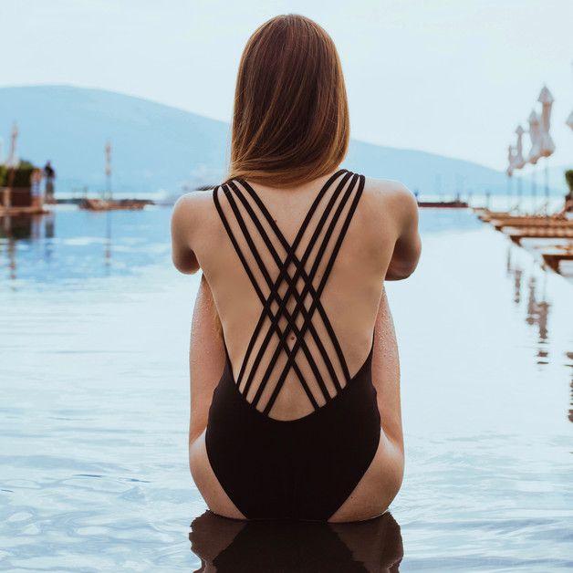 Badeanzug in Schwarz mit Riemendesign am Rücken / black swimsuite in harness style made by Esentialsforzula via DaWanda.com
