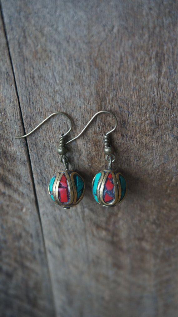 Mooie oorbellen met Nepalese kralen ingelegd met door Monkssieraden #oorbellen, #sieraden, #jewelry, #handmade, #earrings