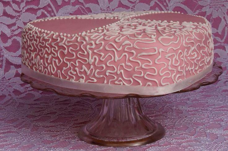 Hartvormige chocolade cake gevuld met hazelnotencreme. Bedekt met roze fondant en gedecoreerd met witte cornelli lace...<3