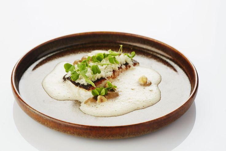 Een overheerlijke gebakken pladijs met bloemkool en hazelnoot, die maak je met dit recept. Smakelijk!