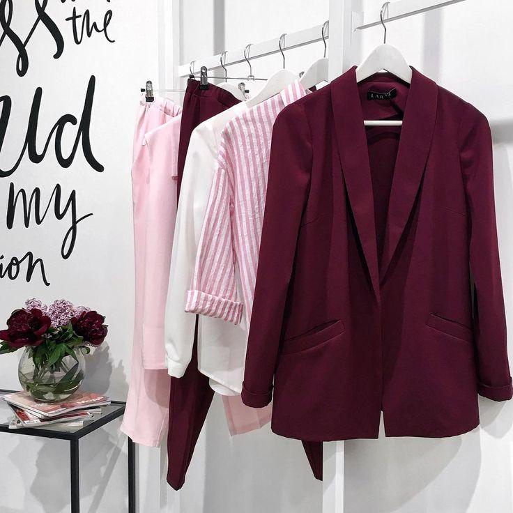 Какие цвета❤  Бордовые и конфетно-розовые пионы как вдохновение☺  Мы обожаем эти цветы, поэтому лови нашу утреннюю подборку!  Костюмы, рубашки и любимые платья становятся ещё ярче и красивее от такого контрастного сочетания✨