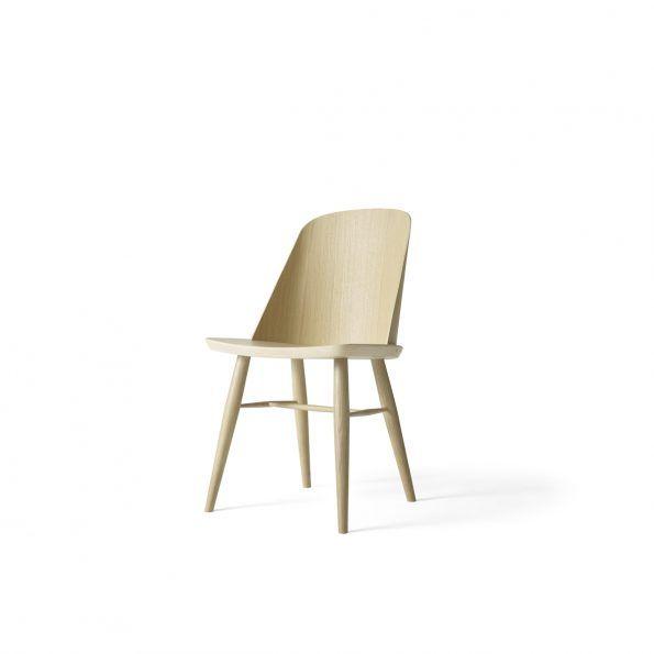 Synnes stol  MENU  kr 3.499,00  Synnes stol er designet av norske Falke Svatun. Stolen er en moderne tolkning av den klassiske, skandinaviske spisestuestolen. Synnes stolen har en stabil konstruksjon og behaglig komfort. Spisestue stolen lages av Menu og er laget i hvitoljet eik eller sortlakkert ask. https://www.houz.no/produkt/synnes-stol/