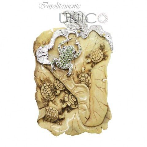 Ciondolo in oro bianco con incisione su avorio di mammut e brillanti verdi, gialli e bianchi. Acquistabile online: bit.ly/1SjtMwB