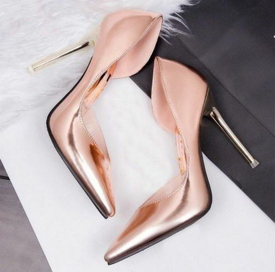 rose gold wedding pumps / http://www.himisspuff.com/rose-gold-metallic-wedding-color-ideas/3/