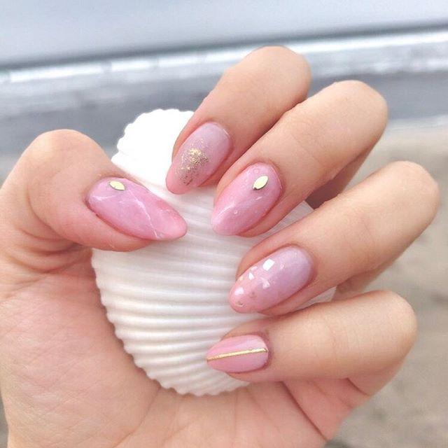 今までのセルフネイルで1番お気に入り😍! ピンクで春っぽさものこしつつ 夏っぽさも取り入れた PINK×大理石×シェル×グラデ×ラメ🐬🐚✨ ちゅるんキラキラ🏝💞✨✨ でも淡い色はムラになりやすいし 浮きやすくて大好きだけど苦手😖😖 あと、理想のカラー作るのって 簡単そうでむずかしい! これもコーラルピンク 茶色 乳白色 混ぜて作った😋💕💕 ほんとはベージュがよかったけど、 茶色×白でできなかった!😵 結果かわいいピンクができたから 予定変更で満足だけどね🤤💓 もう夏だね🌴💙✨ #ジェルネイル#セルフネイル#春ネイル#夏ネイル#シェルネイル#カラーグラデーションネイル#ピンクネイル#大人可愛いネイル#大理石ネイル#newnail#gelnail#selfnail#pink#shell#sea