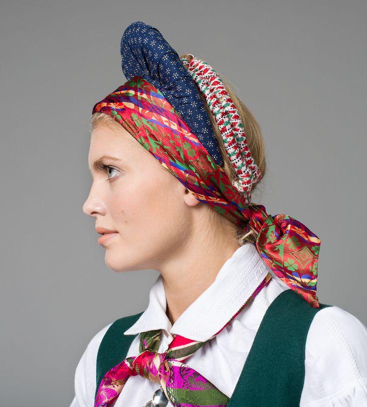 Hodeplagget til Vest-agder-bunaden er en valk. Valk er en fellesbetegnelse for hodeplaggene vase for gifte kvinner og rult for ugifte kvinner. Småjenter bruker ikke rult, men kan ha et vevd hårbånd i flettene.  Midt på 1800-tallet var hodeplagget av stor betydning. Det viste kvinners sivilstatus, om de var gifte eller ugifte.