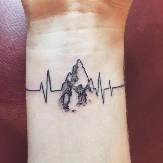 Im Volksmund als EKG-Linien-Tattoo bekannt, ähnelt das Impulssymbol einem kleinen Monitor mit einer unregelmäßigen Linie, die genau wie beim …
