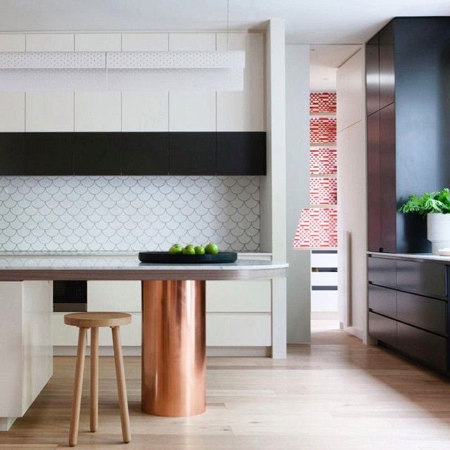 Unexpected use of texture on the back wall and on the backsplash in this buttoned up modern space. Tina Frey trough in black on the countertop. #modern #kitchen #modernkitchen #design #renovate #kitchendesign #tinafrey #backsplash #copper #copperkitchen #instainteriors #decorate #decorgram #dinein #dining #neutral #beautiful