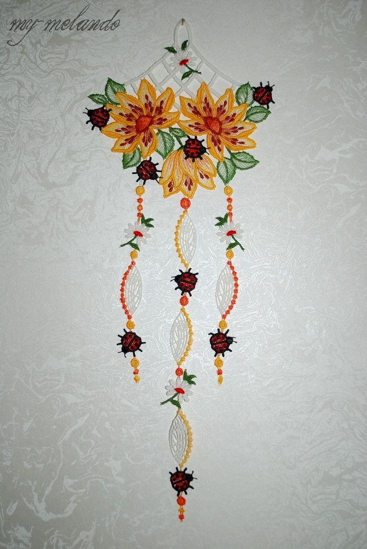 Fensterbild Plauener Spitze® gelbe Blumen und Marienkäfer hängend   Wunderschön anzusehen an jedem Fenster im Frühling und Sommer. Diese dekorativen Kunstwerke sollten in keinem Fenster fehlen. Auch geeignet als kleines Geschenk.  Maße: ca. 19 x 49 cm